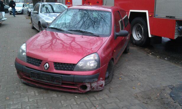 Renault po kolizji - fot. Marcin Gula/tvnwarszawa.pl