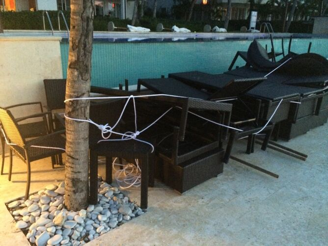 Przywiązane meble - przygotowania do huraganu Matthew na Dominikanie (zdj. Jakub Mielniczak)