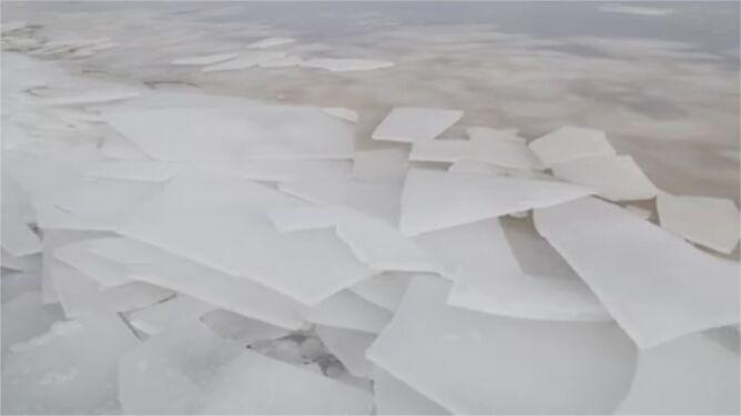 Niczym szkło połamała się tafla lodu na jeziorze
