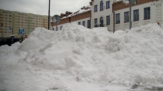 Śnieg w Białymstoku wywożą ciężarówki. Nadal nie wszyscy odbiorcy mają prąd